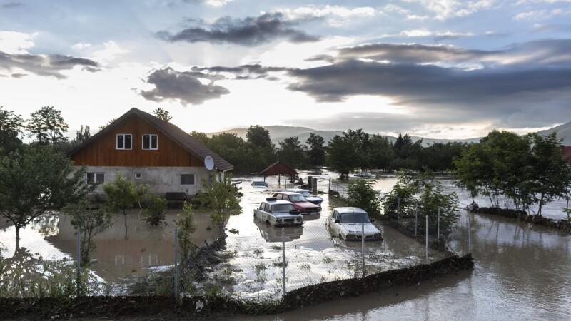 """Cod de inundații în 20 de județe. Patru persoane au murit, 760 salvate din calea apelor: """"M-a distrus de tot"""""""