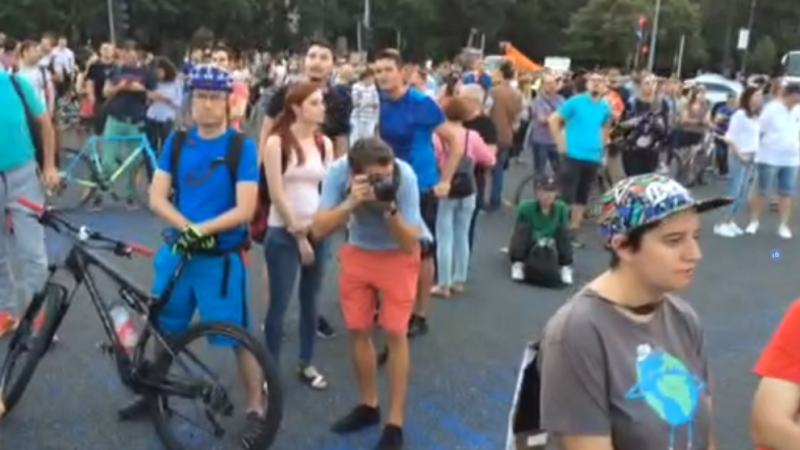 Peste o mie de persoane au protestat în Piața Victoriei față de modificările aduse Codului Penal