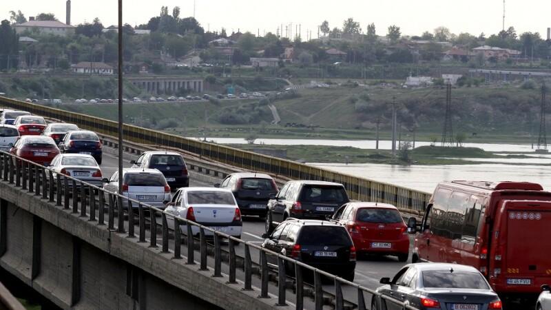 Coada de masini la statia de taxare de la Fetesti, pe autostrada A2, Bucuresti - Constanta