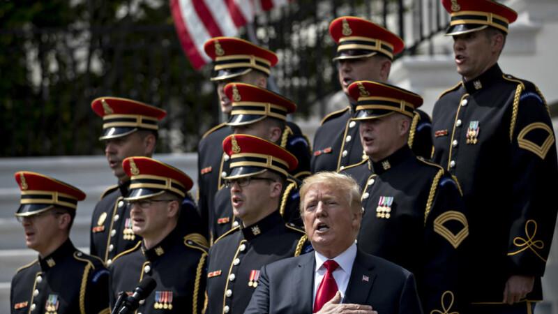Donald Trump si soldati