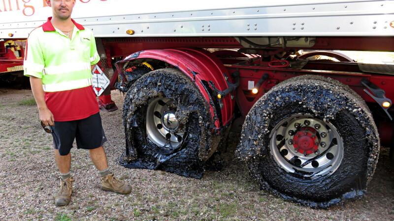 """""""Nu am mai văzut așa ceva"""". Australienii au rămas cu mașinile împotmolite în asfaltul topit. FOTO"""