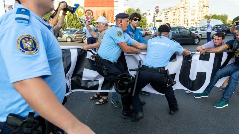 Protest în Piața Victoriei. Manifestanții au intonat Imnul național. VIDEO