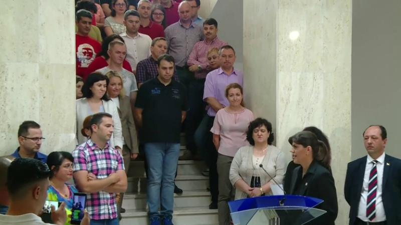"""Momentul în care Laura Codruța Kovesi este aplaudată de colegii din DNA: """"Nu abandonați!"""""""