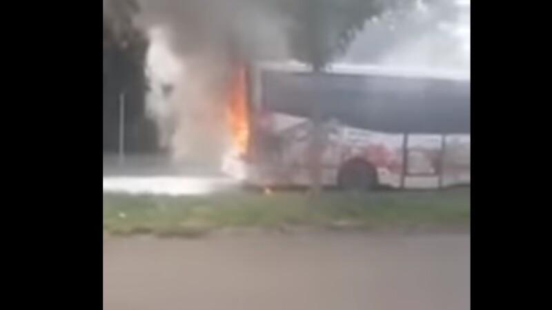 Autobuz, în flăcări pe o stradă din Brăila. Cauza incendiului. VIDEO