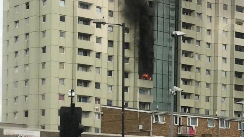 Incendiu într-un bloc turn din Londra. 10 autospeciale de pompieri, chemate în ajutor. VIDEO