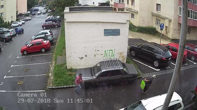 Imagini șocante surprinse în Brașov: bătrână, tâlhărită de doi minori. VIDEO