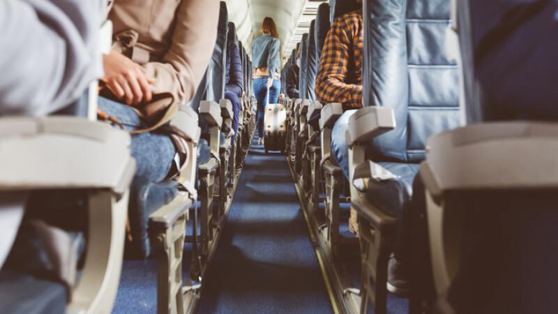 pasageri in avion