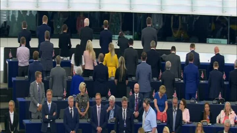 europarlamentarii Brexit stau cu spatele