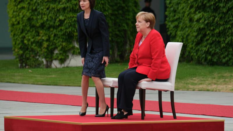 Angela Merkel a stat jos la intonarea imnurilor naţionale, la primirea Maiei Sandu