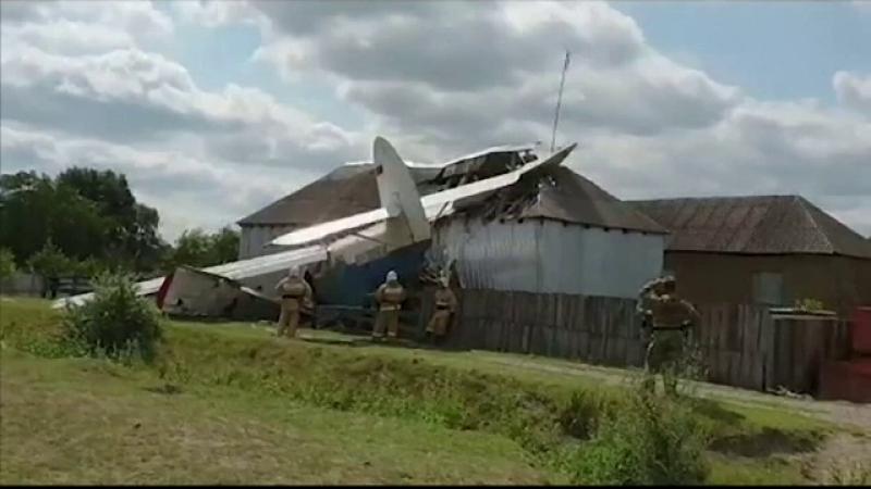 Mai multe victime, după ce un avion s-a prăbușit peste o casă. Reacția autorităților