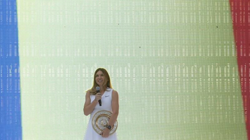 Simona Halep a prezentat trofeul de la Wimbledon - 3