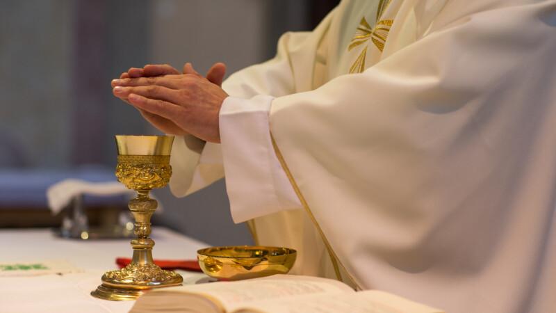 Preot rănit într-un accident după ce a furat bani din parohie