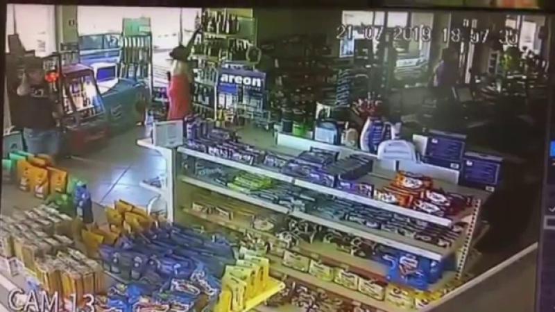 Tânără filmată în timp ce fură într-o benzinărie din Brăila