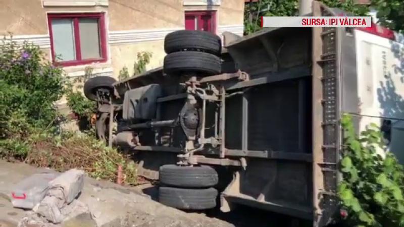 Camion răsturnat după ce o anvelopă a explodat