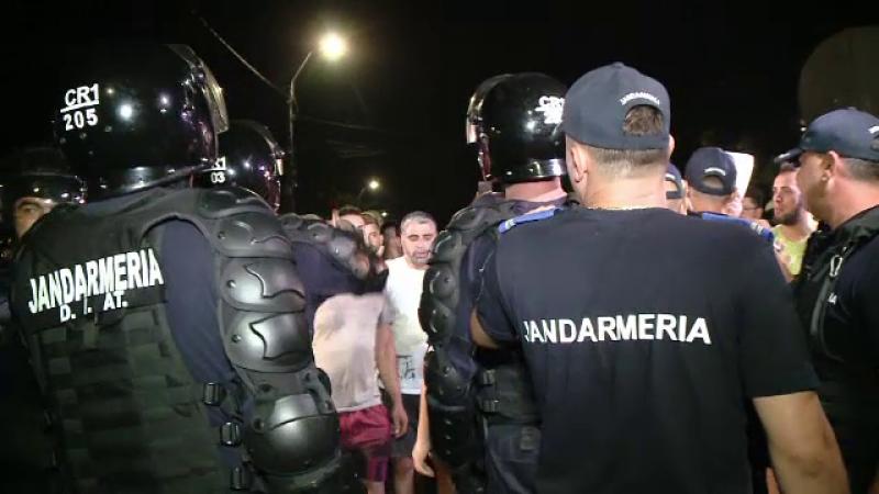 Casa suspectului din Caracal, apărată de jandarmi de furia localnicilor