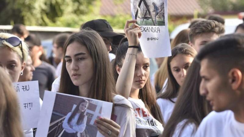 Cazul de la Caracal. Protest al elevilor în faţa sediilor Primăriei şi Poliţiei din oraş
