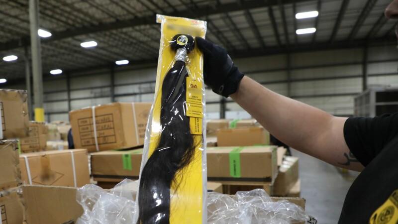 Americanii au confiscat 13 tone de peruci din păr uman produse în China de uigurii din lagărele de concentrare