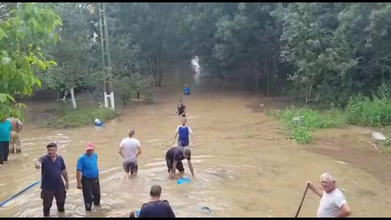 Furtunile au făcut ravagii în jumătate din țară. Ploile au rupt drumuri și au inundat până și scările de bloc