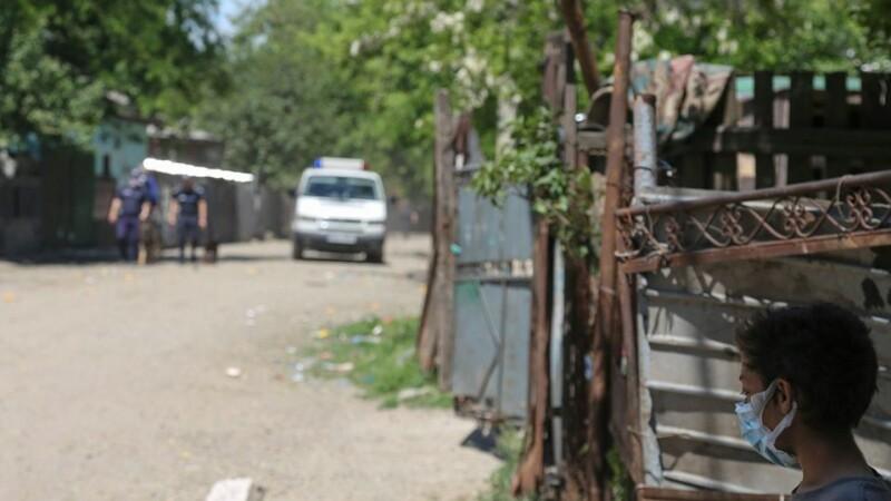 Copii torturați de tată aruncau bilete peste gard, cerând ajutor. Bărbatul îi ținea flămânzi și mânca friptură în fața lor