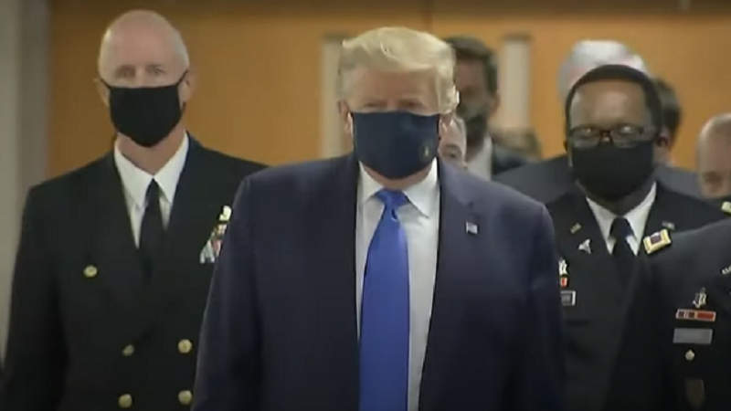 Trump cu masca