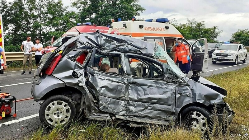 Accident cumplit în Arad. Doi bărbați au murit și două fete au fost rănite