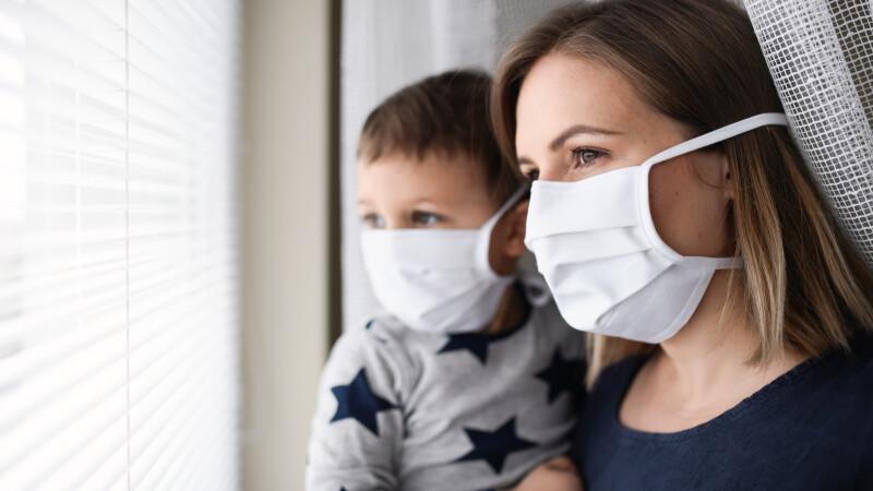 Mamă și copil, cu mască