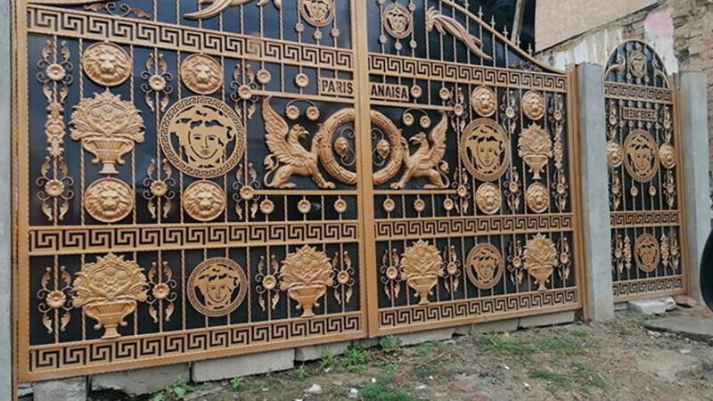 Cât a costat poarta Versace de la vila lui Mercedes din Băcești