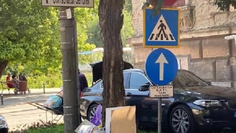 Șoferul unui BMW de lux, amendat în Timișoara după ce a scos cu roaba gunoaie din portbagaj și le-a aruncat pe stradă