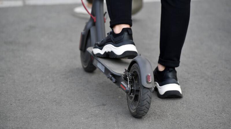 """Orașul Drobeta Turnu Severin interzice trotinetele electrice. Oamenii """"se feresc cu greu din fața tinerilor vitezomani"""""""