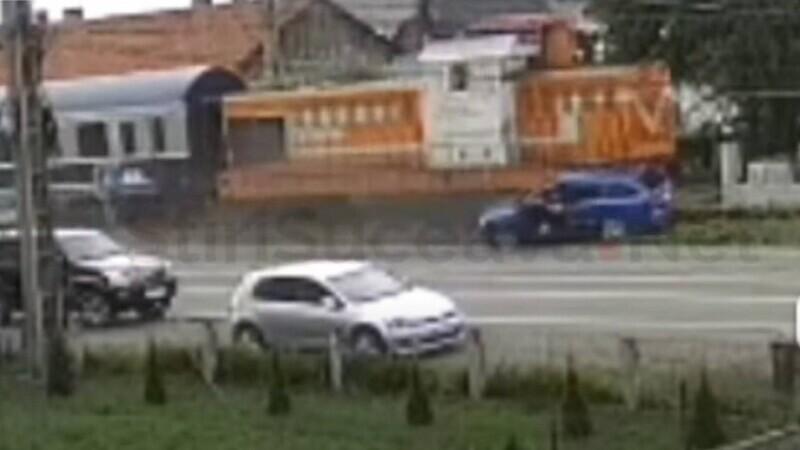 Momente dramatice cu pasagerii care sar dintr-o mașină lovită de tren în Suceava