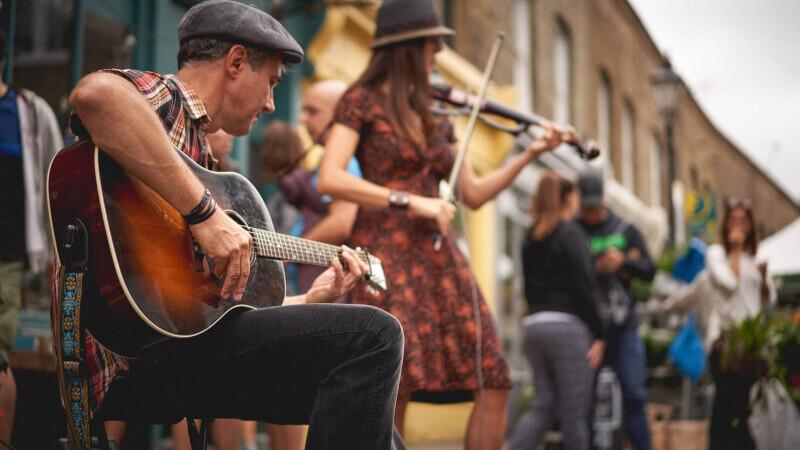 Reguli noi pentru artiștii stradali din Timișoara, anunțate de primarul Dominic Fritz. Un consilier s-a plâns de manele