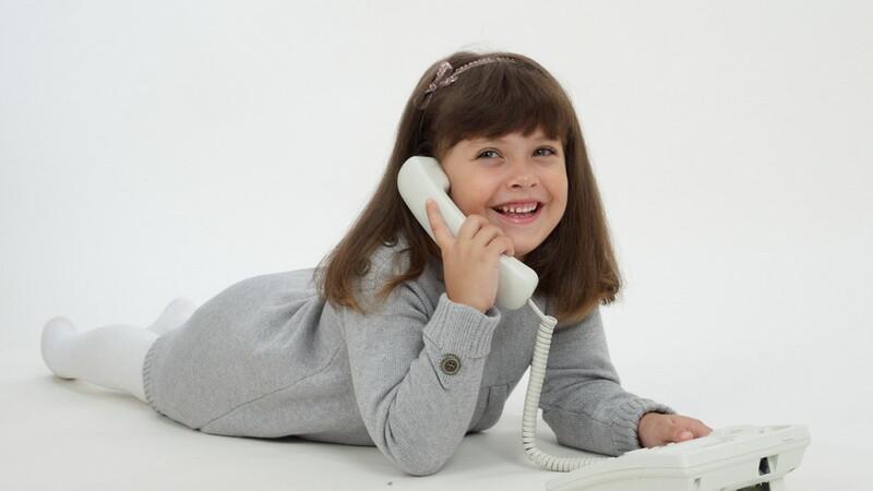Fetita cu telefon