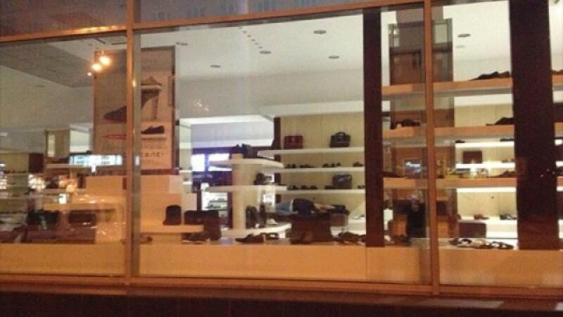 Ce se intampla in miez de noapte intr-un magazin de incaltaminte. GALERIE FOTO