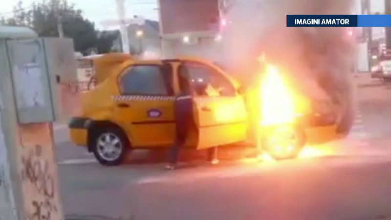 Accident filmat in Timisoara. Un taxi a luat foc in mers iar soferul a incercat sa-si salveze actele din masina in flacari