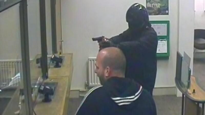Jaf armat de tot rasul la o banca din Londra. Atacatorul a fost fugarit de angajatul care spala geamuri