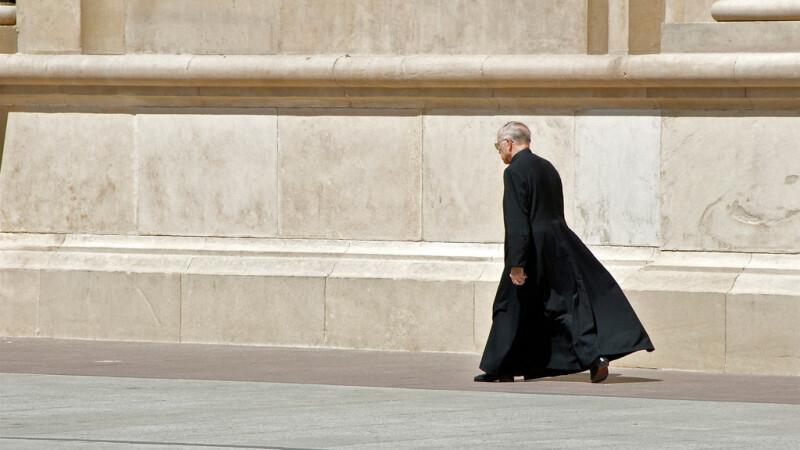 Preot catolic, santajat de doi romani. Pentru ce i-au cerut un sfert de milion de euro