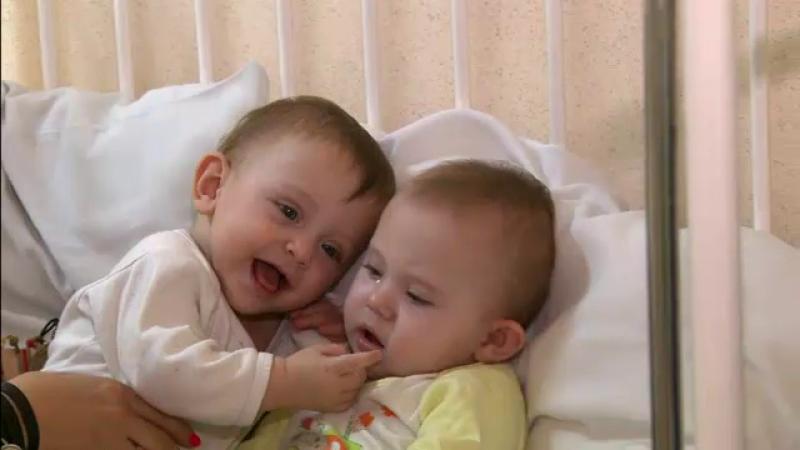 Antonia si Iasmina, gemenele abandonate intr-o scara de bloc, s-ar putea intoarce in familie. Mama isi explica gestul