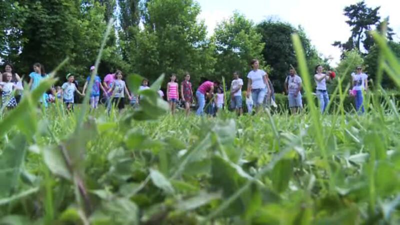 parinti si copii se joaca in Gradina Botanica