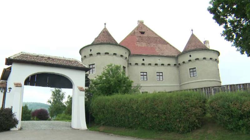 Castelul pierdut la carti si detinut de 40 de familii. Initiativa unor fotografi romani de a aduce turisti in Romania