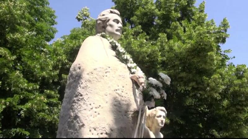 Statuia din Galati a lui Mihai Eminescu, reparata de ziua poetului. Monumentul a fost vandalizat de 30 de ori