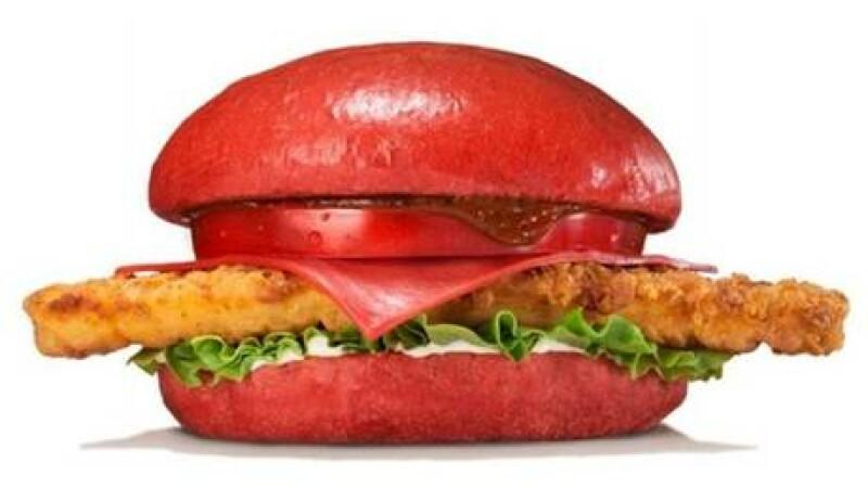 Un lant de restaurante fast-food din Japonia a inventat burgerul roz. Din ce ingrediente este facut