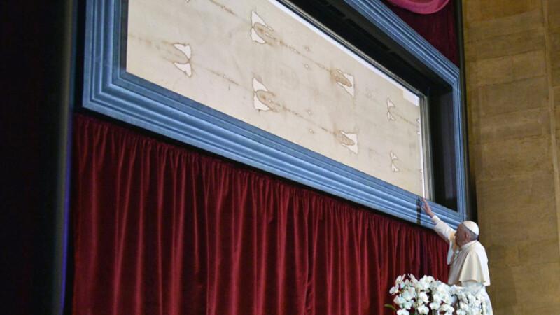 papa Francisc se inchina la giulgiul din Torino