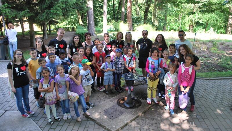 Cand cei mari ii ajuta pe cei mici. 30 de copii de la sate s-au bucurat de o excursie gratuita la sfarsit de an scolar