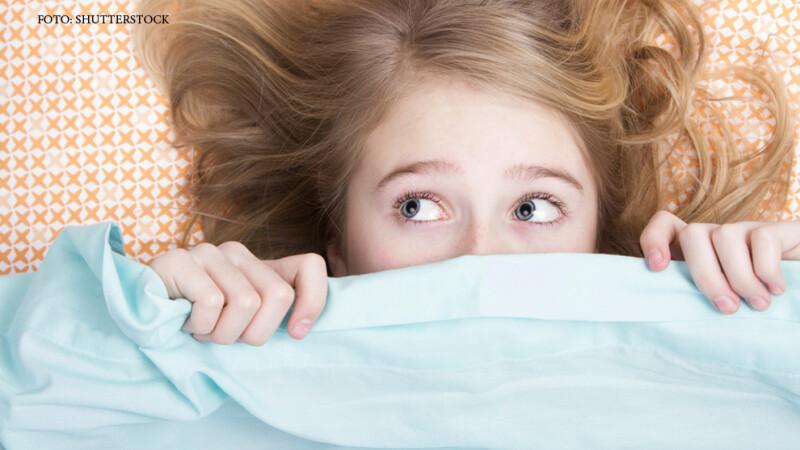 copil ascuns sub patura