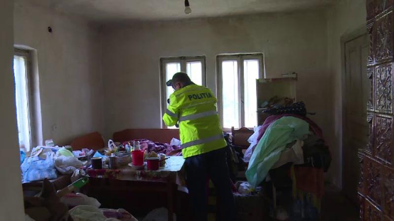 Moarte suspecta in Dambovita. Un barbat a fost gasit in stare avansata de putrefactie, iar sora sa, lesinata langa el