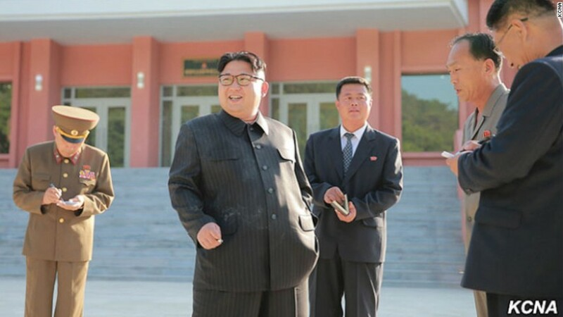 Kim Jong-un fumeaza