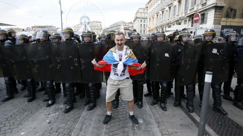 Noi incidente violente la Marsilia. Fanii englezi si cei rusi s-au luat la bataie cu politia. Imaginile dezastrului creat