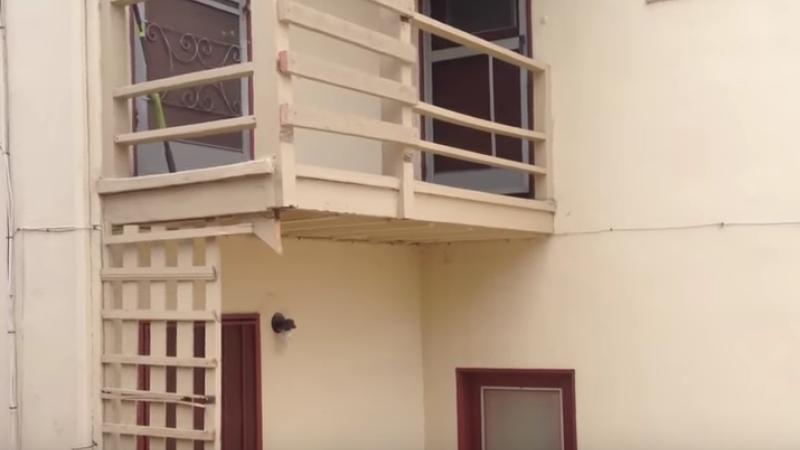 Au fost blocati in casa de proprietar pentru ca nu si-au platit chiria. Metoda de intimidare la care a recurs omul. VIDEO