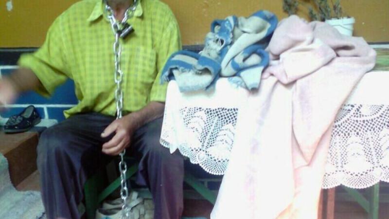 O femeie din Moldova si-a legat sotul cu lantul, ca pe un caine, de prispa casei. Un trecator socat a sunat la politie