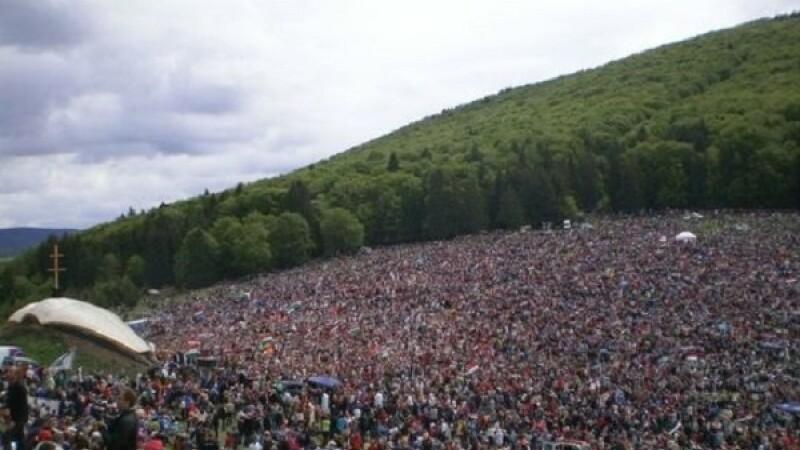 Sute de oameni pornesc din Odorheiu Secuiesc in pelerinajul de Rusaliile Catolice de la Sumuleu-Ciuc, considerat cel mai mare de acest fel din Europa Centrala si de Est